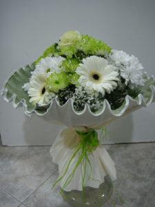 bouquet de margaritas verdes blancas gerberas